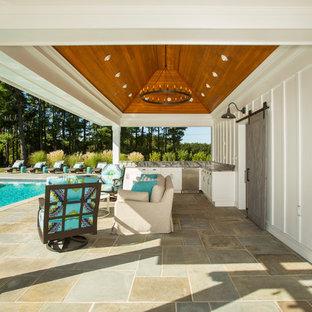 Modelo de piscinas y jacuzzis alargados, tradicionales, grandes, rectangulares, en patio trasero, con adoquines de piedra natural