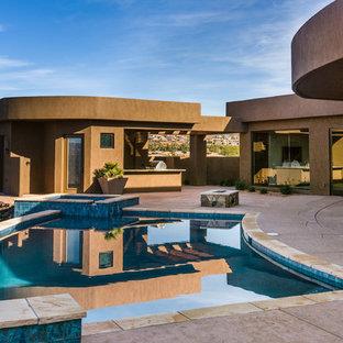 Diseño de piscinas y jacuzzis alargados, de estilo americano, grandes, rectangulares, en patio trasero, con suelo de baldosas