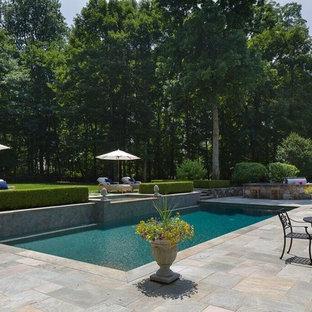 Diseño de piscinas y jacuzzis alargados, clásicos renovados, de tamaño medio, rectangulares, en patio trasero, con adoquines de piedra natural