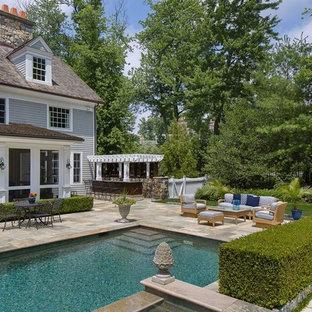 Foto de piscinas y jacuzzis alargados, clásicos renovados, de tamaño medio, rectangulares, en patio trasero, con adoquines de piedra natural