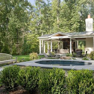 Imagen de piscinas y jacuzzis clásicos renovados, redondeados, en patio trasero, con adoquines de piedra natural