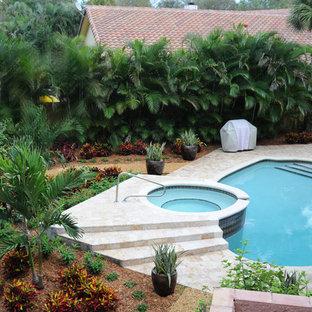 Imagen de piscinas y jacuzzis naturales, exóticos, de tamaño medio, a medida, en patio trasero, con adoquines de piedra natural