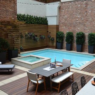 Esempio di una piccola piscina contemporanea rettangolare dietro casa con una vasca idromassaggio e pedane