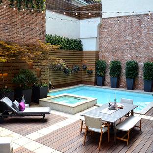 Ispirazione per una piccola piscina design rettangolare in cortile con una vasca idromassaggio e pedane