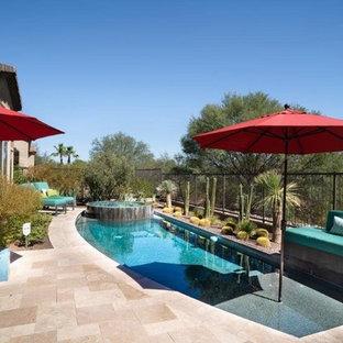 Modelo de piscinas y jacuzzis tradicionales renovados, de tamaño medio, a medida, en patio trasero, con adoquines de piedra natural