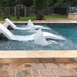 Cette photo montre un couloir de nage arrière chic de taille moyenne et rectangle avec un bain bouillonnant et des pavés en brique.