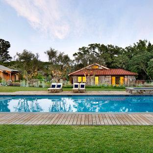 Ispirazione per una piscina monocorsia country rettangolare dietro casa con una dépendance a bordo piscina e pedane