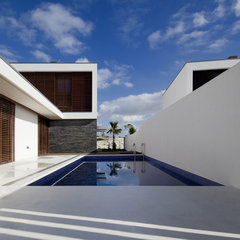 contemporary pool by QUADRANTE Arquitectura