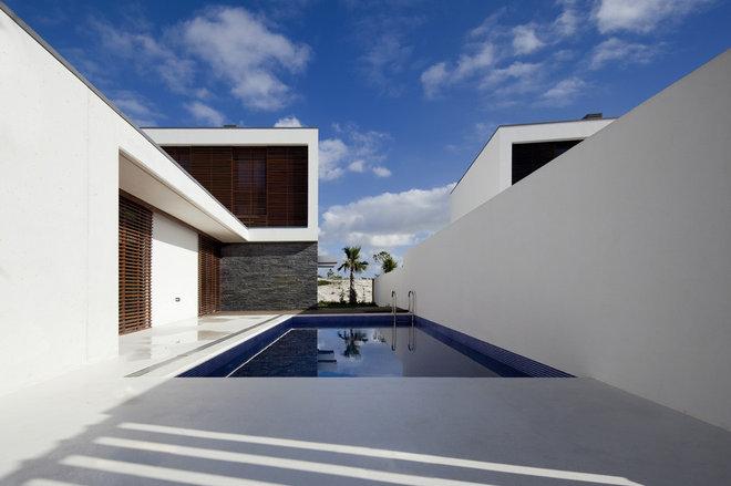 Contemporary Pool by QUADRANTE Arquitectura