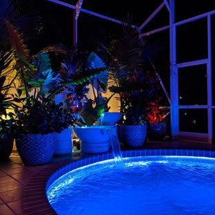 Diseño de piscina ecléctica, de tamaño medio, tipo riñón, en patio trasero, con losas de hormigón