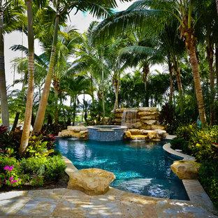 マイアミのオーダーメイドトロピカルスタイルのおしゃれなプール (噴水) の写真