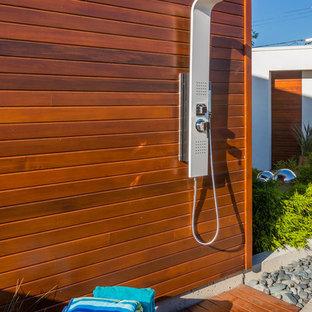 Modelo de piscina minimalista, grande, en patio trasero, con adoquines de hormigón