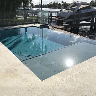 マイアミのエクレクティックスタイルのおしゃれなプールの写真