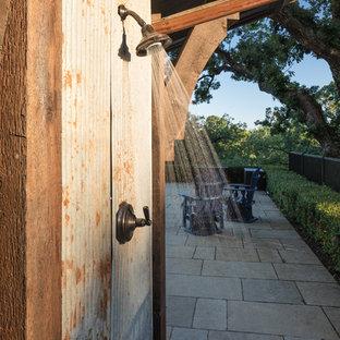 Diseño de piscinas y jacuzzis alargados, de estilo americano, rectangulares, en patio trasero, con adoquines de piedra natural