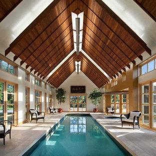 Diseño de casa de la piscina y piscina alargada, actual, grande, interior y rectangular, con suelo de baldosas