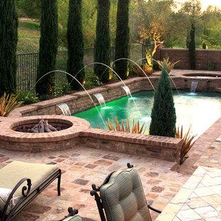 Foto de piscinas y jacuzzis naturales, mediterráneos, de tamaño medio, rectangulares, en patio trasero, con adoquines de ladrillo