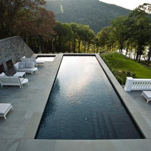 Diseño de piscinas y jacuzzis alargados, de estilo americano, grandes, rectangulares, en patio lateral, con adoquines de piedra natural
