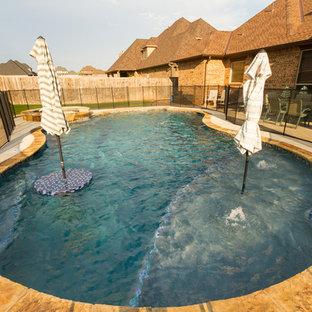Diseño de piscinas y jacuzzis contemporáneos, grandes, a medida, en patio trasero, con adoquines de hormigón