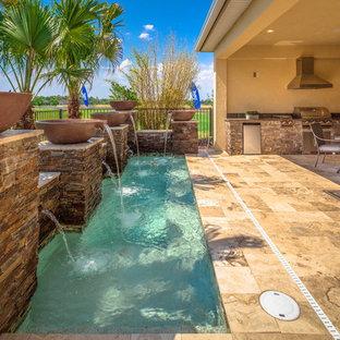 Diseño de piscina con fuente clásica renovada, pequeña, rectangular, en patio trasero, con suelo de baldosas