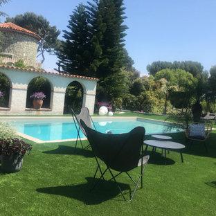 Diseño de piscina alargada, mediterránea, de tamaño medio, rectangular, en patio delantero