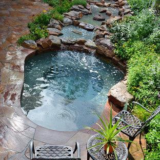 Foto de piscinas y jacuzzis rústicos, pequeños, a medida, en patio trasero, con adoquines de piedra natural