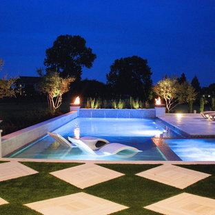 Modelo de casa de la piscina y piscina alargada, contemporánea, de tamaño medio, rectangular, en patio trasero, con adoquines de hormigón