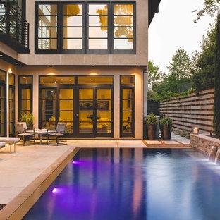 Immagine di una piscina a sfioro infinito minimalista rettangolare di medie dimensioni e in cortile con una dépendance a bordo piscina e pedane