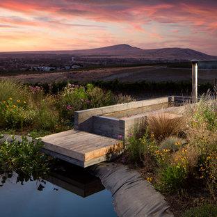 Foto de piscinas y jacuzzis elevados, de estilo de casa de campo, pequeños, rectangulares, en patio lateral, con adoquines de hormigón
