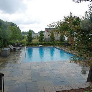 Inspiration pour un grand couloir de nage arrière bohème rectangle avec un bain bouillonnant et des pavés en béton.