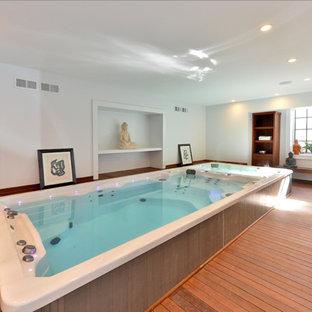 Esempio di una piccola piscina coperta chic rettangolare con una dépendance a bordo piscina e pedane