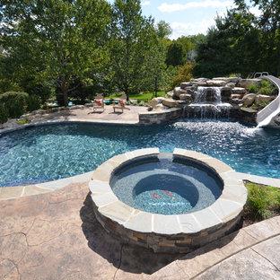 Inspiration för klassiska anpassad pooler, med vattenrutschkana