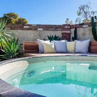 Exemple d'une petit piscine romantique.