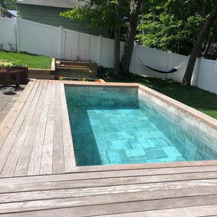 Kleiner Moderner Pool hinter dem Haus in rechteckiger Form mit Dielen in Boston