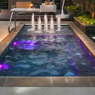 Kleiner Klassischer Pool in rechteckiger Form mit Wasserspiel und Natursteinplatten in Chicago