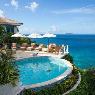 Imagen de piscina alargada, exótica, redondeada, en azotea
