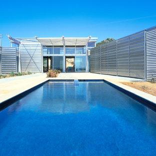 Ejemplo de piscina alargada, urbana, rectangular, en patio