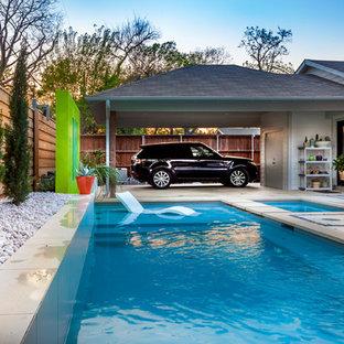 Foto de piscina moderna, de tamaño medio, en forma de L, en patio trasero, con losas de hormigón