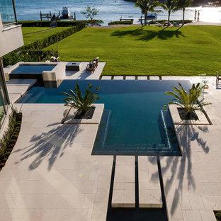 Diseño de piscinas y jacuzzis infinitos, contemporáneos, de tamaño medio, a medida, en patio trasero, con suelo de baldosas