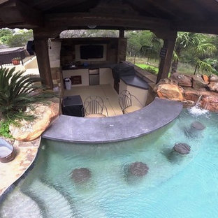 Example of a backyard custom-shaped pool design in Austin