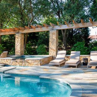 Idee per una grande piscina chic personalizzata dietro casa con pedane