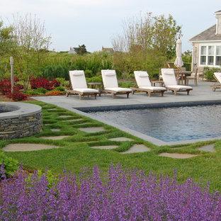 Inspiration för klassiska rektangulär pooler på baksidan av huset, med naturstensplattor