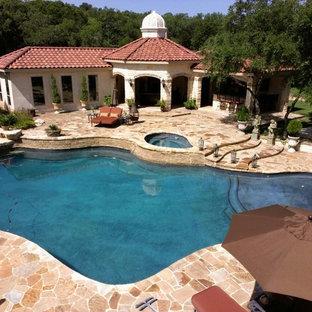 Свежая идея для дизайна: спортивный бассейн среднего размера, произвольной формы на заднем дворе в стиле фьюжн с джакузи и покрытием из каменной брусчатки - отличное фото интерьера