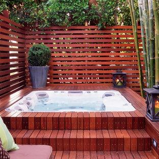 Foto di una piscina fuori terra contemporanea dietro casa e di medie dimensioni con una vasca idromassaggio e pedane