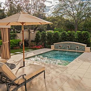 Kleines Klassisches Pool im Vorgarten in rechteckiger Form mit Wasserspiel und Natursteinplatten in Houston