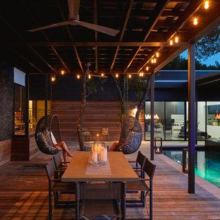 """Idee per una piscina design a """"L"""" in cortile con pedane"""