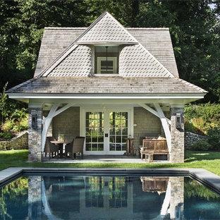 Ispirazione per una piscina vittoriana rettangolare dietro casa con una dépendance a bordo piscina