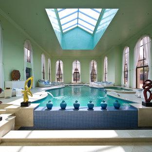Esempio di un'ampia piscina coperta monocorsia vittoriana personalizzata con fontane e piastrelle