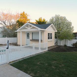 Foto de casa de la piscina y piscina costera, de tamaño medio, en patio trasero
