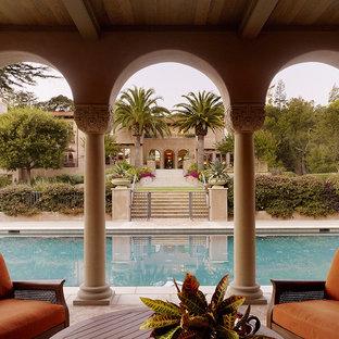 Diseño de piscina mediterránea en patio