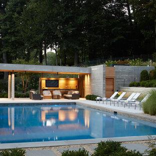Ejemplo de casa de la piscina y piscina moderna, de tamaño medio, rectangular, en patio trasero